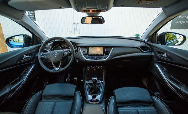 Makuasioita: Grandland X:n sisätilojen ilme on sisarmalli Peugeot 3008:aa hillitympi.