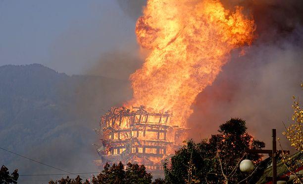 Liekit tulipalosta näkyivät kilometrien päähän.