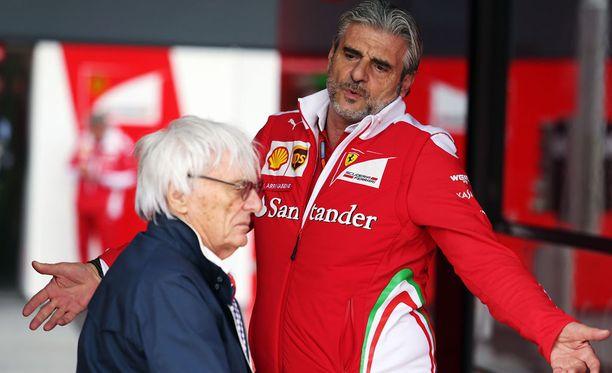 Bernie Ecclestone (vas.) ei paljon perusta Ferrari-pomo Maurizio Arrivabenestä (oik.)