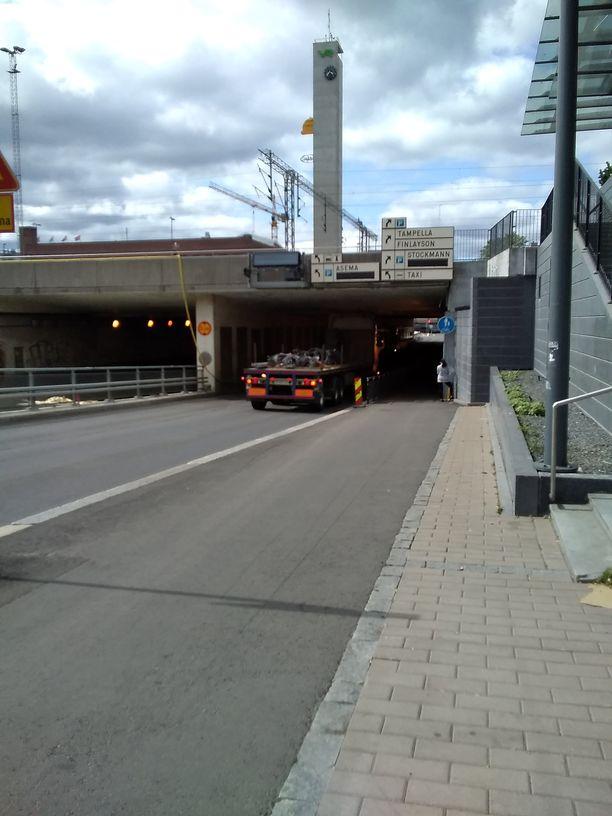 Keskustan suuntaan matkannut rekka juuttui nupistaan Tampereen rautatieaseman tunneliin tiistaina iltapäivällä.