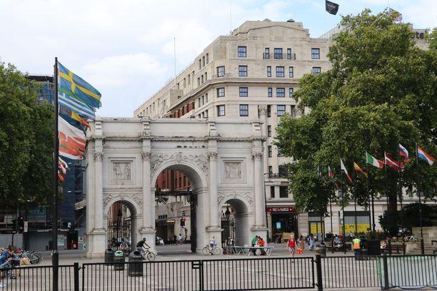 Marble Arch on yksi Lontoon maamerkkejä. Suomen lippu on oikealla puolella puiden katveessa.