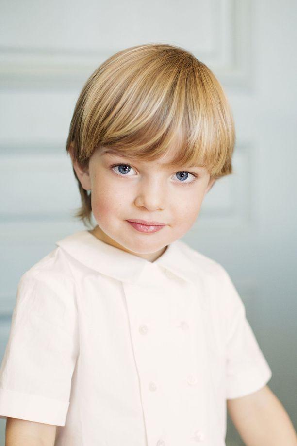 Tässä prinssi Nicolas poseeraa 3-vuotiskuvassaan.