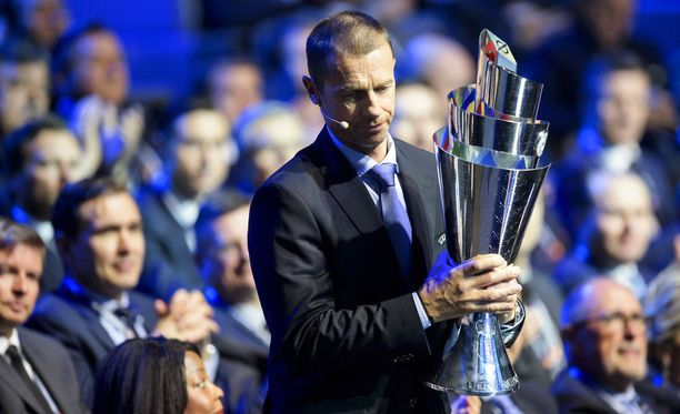 Uefa-presidentti Aleksander Ceferin toi uuden pystin näytille arvontatilaisuuteen.