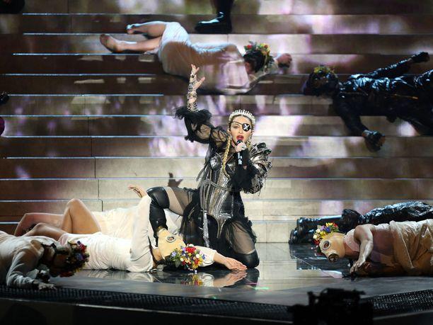 Popin kuningatar Madonna otti viisulavalla kantaa Israelin ja Palestiinan väliseen konfliktiin.