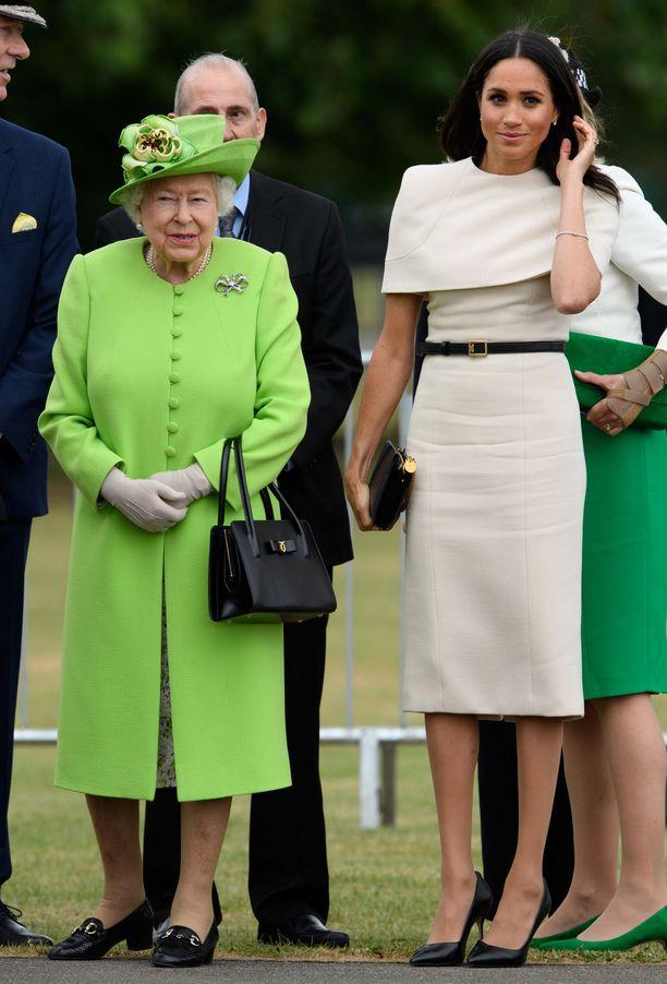 Meghanin hillityn tyylikäs kotelomekko keräsi kehuja ensimmäisessä edustustehtävässä kuningattaren rinnalla.
