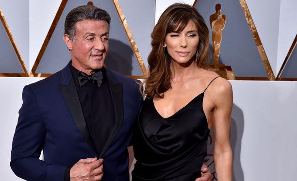 Stallonen ja nykyinen vaimonsa Jennifer Flavinin Oscar-gaalassa vuonna 2016.