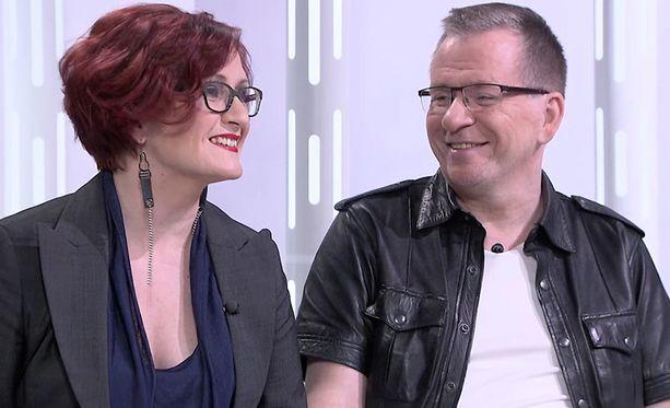 Osa asiakkaista haluaa harrastaa seksiä Tiian kanssa ja jutella autoista Jounin kanssa.