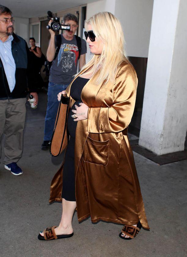 Jessica Simpson kannatteli raskausvatsaansa saapuessaan viime viikolla New Yorkista takaisin Los Angelesiin.