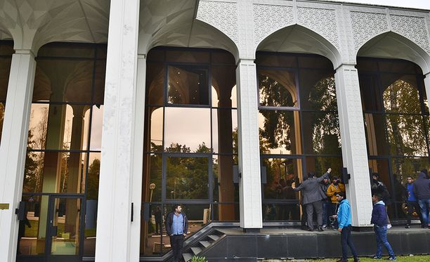 Irakin lippu yritettiin polttaa suurlähetystön pihalla Helsingissä lokakuussa 2017. Kuvassa näkyvät henkilöt eivät liity tapaukseen.