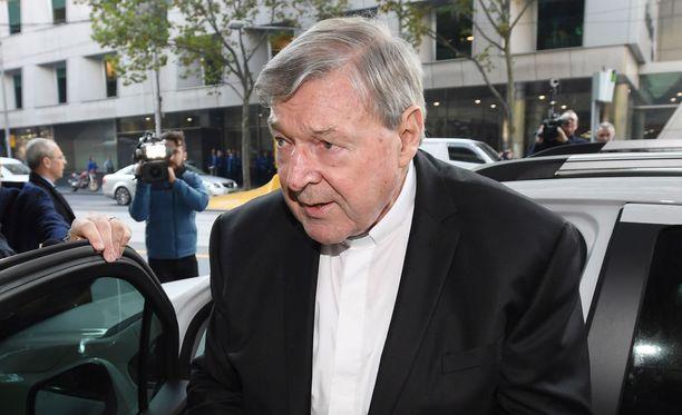 Australialainen kardinaali George Pell lehdistön ja valokuvaajien ympäröimänä melbournelaisen tuomioistuimen edessä tiistaina.