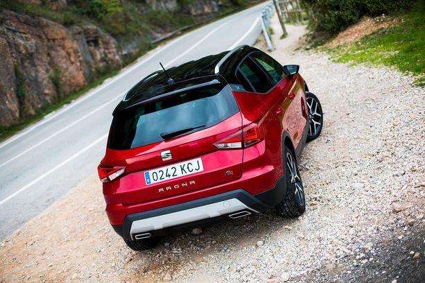 Seat Arona on terävälinjaisesti muotoiltu. Joltain osin autosta löytyy muotoilullisia viitteitä jopa konsernimerkki Lamborghiniin.