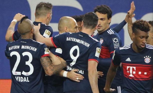 Bayern-pelaajat ympäröivät voittomaalin tehneet Corentin Tolisson.