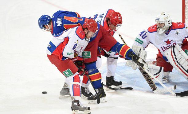 Tomi Mäki jäi ZSKA-pelaajien puristukseen.