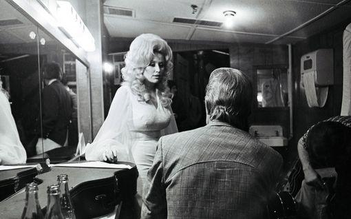Dokumentti tänään tv:ssä: Dolly Parton oli tv-ohjelman vanki - pääsi pois kirjoittamalla suurimman hittinsä