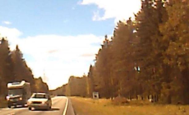 Hurja ohitus tallentui auton kojelautakameraan. Kuvankaappaus videolta.