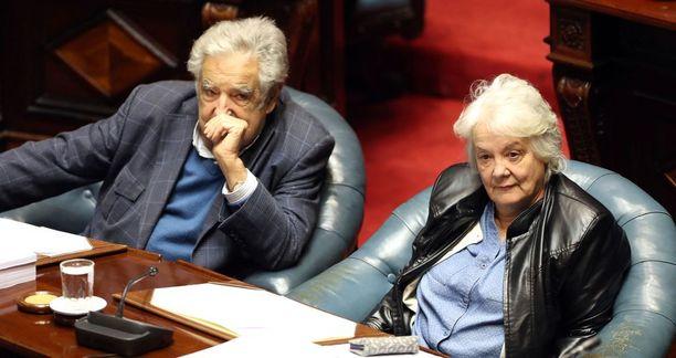 Lucia Topolansky otti tänään ensimmäisenä naisena varapresidentin tehtävän vastaan Uruguayssa. Kuvassa myös hänen miehensä, ex-presidentti Jose Mujica.