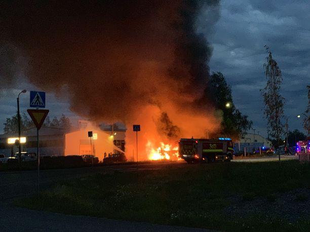 Someron autokeskuksen pihalla paloi yöllä linja-auto ja vaurioitui neljä henkilöautoa.