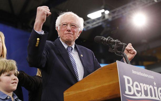Sanders juhlii voittoaan New Hampshiressä.