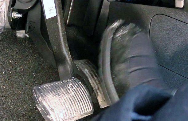 Mitä nopeammin liikautat jalkaasi, sitä tehokkaammin auto jarruttaa.