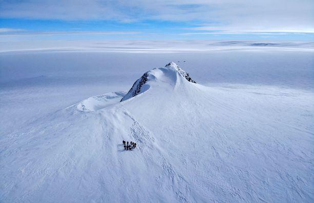 Etelämantereen jää sulaa hälyttävällä vauhdilla, tutkijat varoittavat.