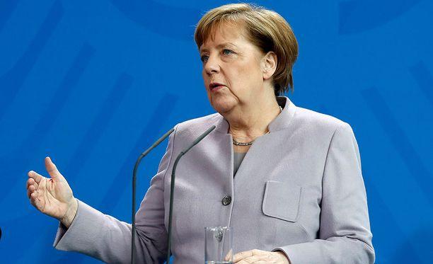 Liittokansleri Angela Merkel kertoi kannastaan yhteisellä lausunnolla presidentti Francois Hollanden kanssa.