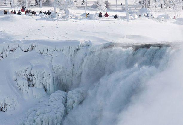 Turistit ihmettelivät Niagaran putousten jäätymistä.