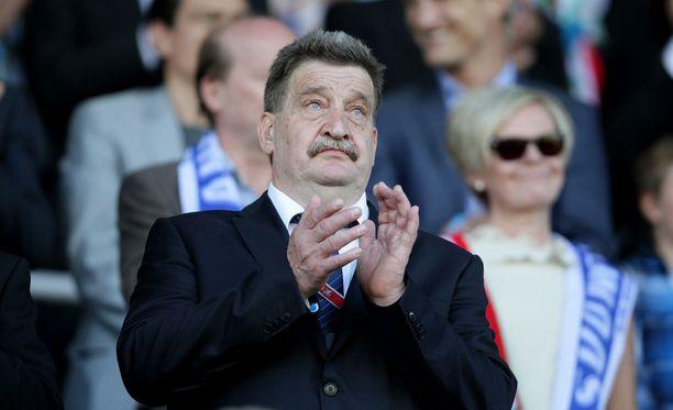 Palloliiton puheenjohtaja Pertti Alaja taustoitti Hans Backen erottamista.