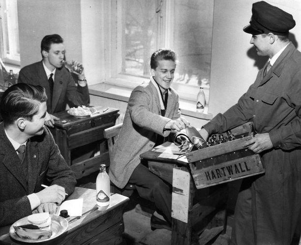 Kevään 1958 ylioppilaskirjoitusten viimeinen koe oli matematiikkaa. Helsingin lyseon abiturienteille kävi Oy Hartwallin myyntitarkastaja Olavi Puputti jakamassa Jaffaa mielen piristykseksi. Kuvassa vasemmalta Jukka Valtasaari, Kurt Linderoos ja Harri Seppänen.