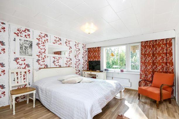 Makuuhuoneesta löytyy väriä. Moni vierastaa sisustuksessa oranssia, mutta näin kauniisti se toimii yhdistettynä valkoiseen.