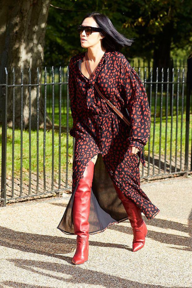 Kevyt mekko ja ylipolvensaappaat tekevät harmonisen kokonaisuuden. Hurmaannuimme erityisesti mekon punaisesta pantterikuosista!