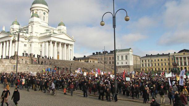 Opiskelijat marssivat Helsingissä maaliskuussa 2016 opintotukeen kaavailtuja leikkauksia vastaan.
