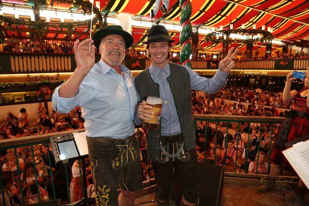 Arnold Schwarzenegger ja poika Patrick Schwarzenegger lavalla Oktoberfesteilla.
