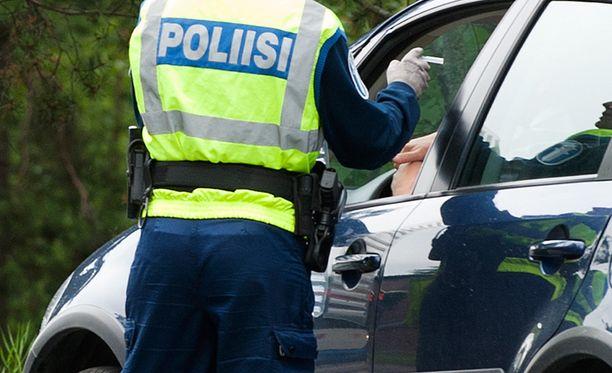 Monet autoilijat ovat tämän syksyn aikana kieltäytyneet puhaltamasta, kun poliisi on ratsiassa tarjonnut pilliä suuhun.