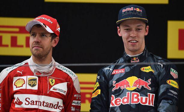 Sebastian Vettel (vas.) ei ole aina arvostanut Daniil Kvjatia kovinkaan korkealle.