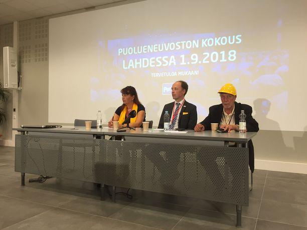 Tiedotustilaisuudessa Lahdessa lauantaina puoluesihteeri Riikka Slunga-Poutsalo, puheenjohtaja Jussi Halla-aho ja mediavastaava Matti Putkonen.
