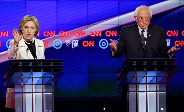 Yhdysvalloissa demokraattien presidenttiehdokkuutta tavoittelevat Hillary Clinton ja Bernie Sanders.