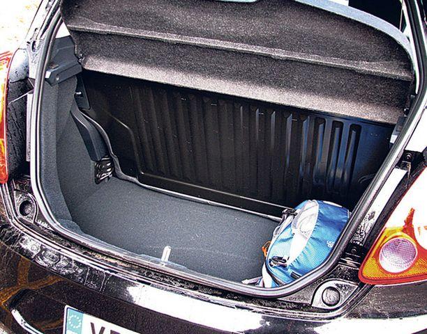 224 litran tavaratila on auton kokoon nähden tilava. Takapenkki kääntyy tarvittaessa alas.