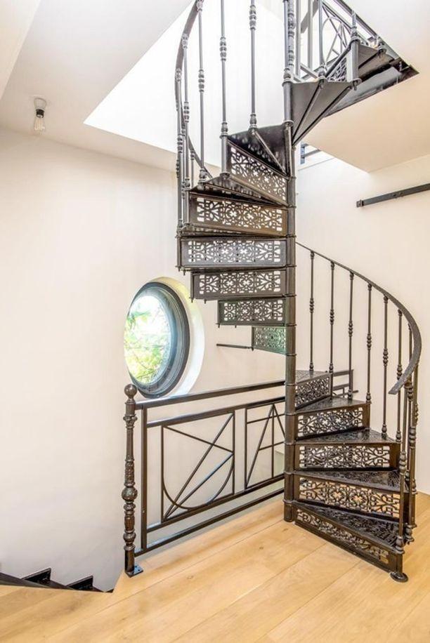 Kierreportaat johtavat neljännen kerroksen makuuhuoneeseen. Makuuhuoneessa olevat pienet portaat vievät puolestaan kattoterassille.