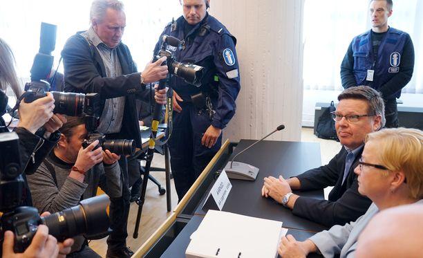 Tynnyrijutussa nähtiin taas uusi käänne, kun syyttäjän avaintodistaja muutti kertomustaan oikeudessa, ja esitti vakavia syytöksiä KRP:n toiminnasta. Kuvassa oikealla Jari Aarnio ja asianajaja Riitta Leppiniemi.