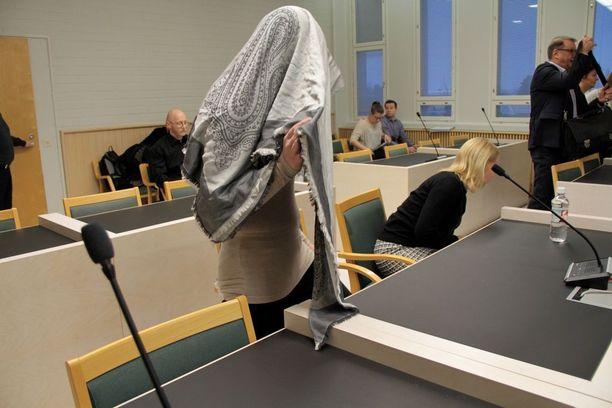 Syyttäjä vaatii vuonna 1990 syntyneelle kajaanilaisnaiselle 9 vuoden ehdotonta vankeusrangaistusta taposta ja törkeästä pahoinpitelystä.