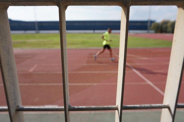 Juoksuradat ovat kuntoilijoiden käytössä Ellinikón olympiakeskuksessa.