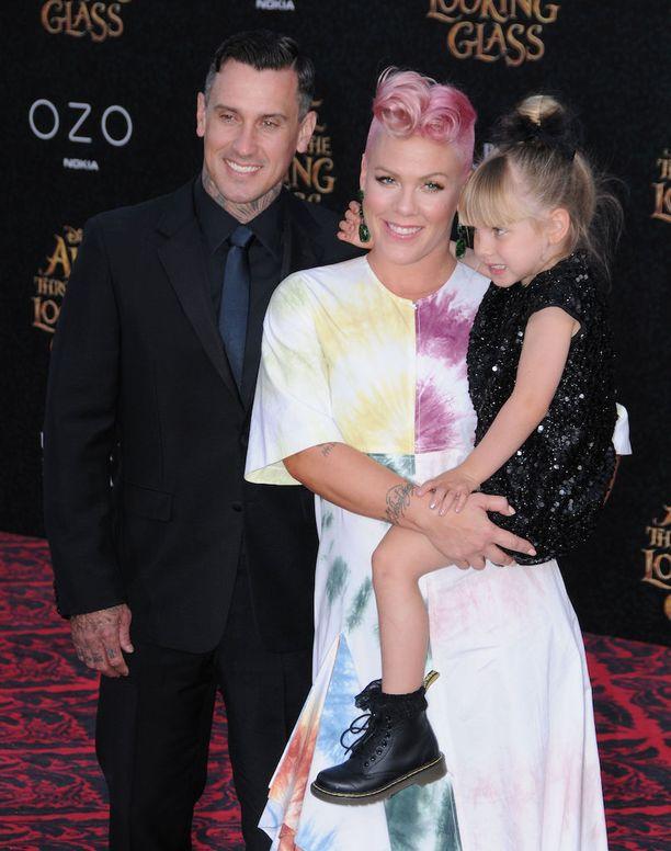 Pinkin ja Carey Hartin tytär Willow on viisivuotias. Joulukuussa perheeseen syntyi poika.