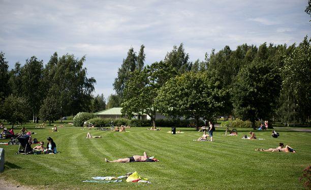 Tässä kesällä 2015 otetussa kuvassa nautitaan auringosta Porin Kirjurinluodossa, joka nousi yhdeksi puistosuosikiksi 100 puistoa -kampanjassa.