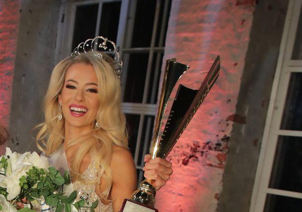 Jutta Kyllönen edusti upeasti Suomea kansainvälisessä kauneuskilpailussa Tokiossa.