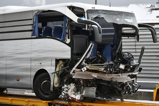 Bussi vaurioitui pahoin onnettomuudessa.
