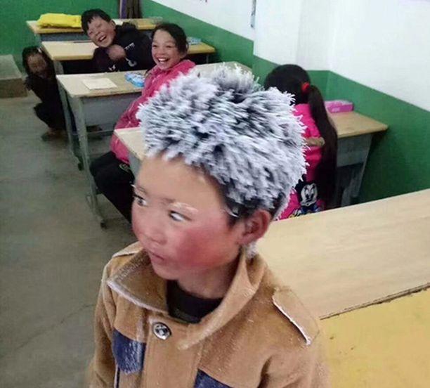 Luokkakaverit naureskelivat, mutta kuvan julkaisu hellytti kiinalaiset keräämään rahaa köyhälle maalaispojalle.