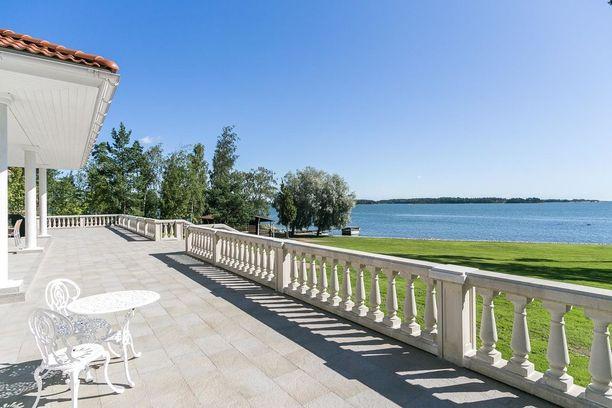 Tämä kahden omakotitalon kiinteistö sijaitsee Espoon Suvisaaristossa. Myynti-ilmoituksen mukaan rakennusten yhteenlaskettu pinta-ala on 402 neliötä. Päätalon pinta-ala on 245 neliöt, vierastalo 65 neliötä, autotalli 62 neliötä ja rannan rantasaunassa 29 neliötä. Kokonaisuudesta pyydetään noin 4,2 miljoonaa.