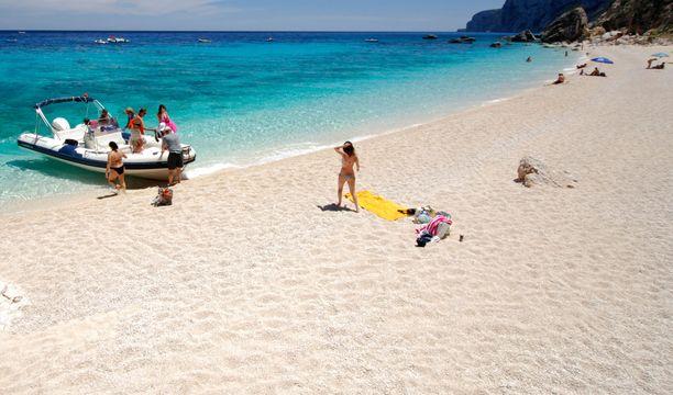 Hohtavan valkoiset hiekkarannat ovat yksi Sardinian päähoukuttimista.