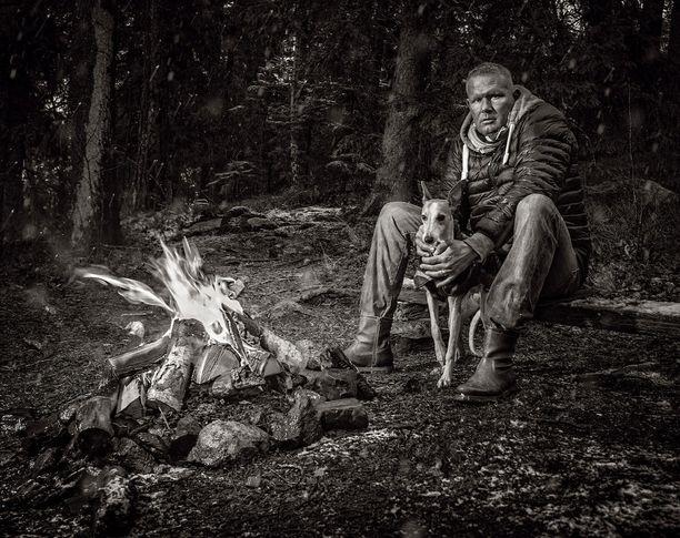 Parasta huumepoliisissa oli Mikael Runebergin mukaan tehdä takavarikoita. Kaivaa metsässä, löytää kätköjä ja väijyä niitä.