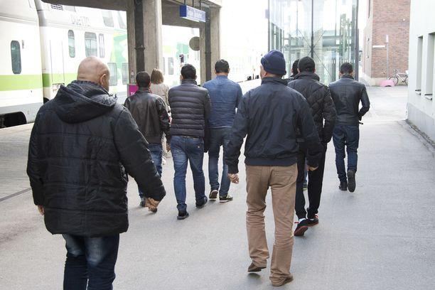 Turvapaikanhakijoita Tampereella syksyllä 2015. Kuvituskuva.